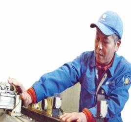 """潍坊钳工""""李大师""""专治机器杂症 研发出多项设备"""