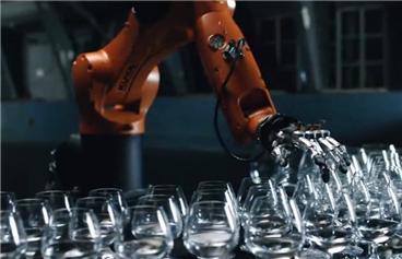 波尔vs库卡机器人:斗音乐比手速 谁更快准狠