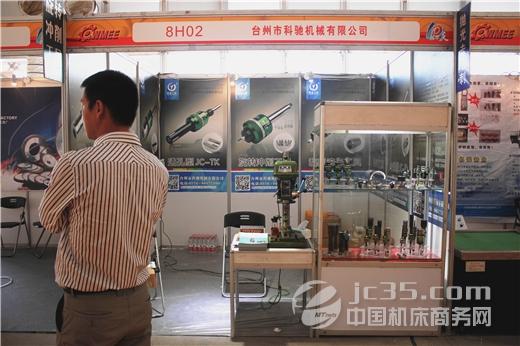 """2015年是机床行业厚积薄发的一年,随着全国范围内""""工业4.0""""和""""中国制造2025""""的推动,制造业迎来发展黄金期,推动工业机器人产业与机床工具产业的深度融合,成为当前现代装备制造业产业升级风向标。作为一家专业从事机床工具的研发、设计、生产与销售的高新技术企业,科驰机械始终坚持""""尽心,尽职,尽善,尽美""""""""的经营理念,积极应对市场变化。在专注于高端机床工具产品的生产与研发的同时,科驰机械推陈出新,勇于创新,并积极引进日本"""